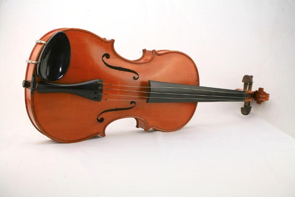 ヴァイオリンの上で、ヴァイオリンを演奏!?